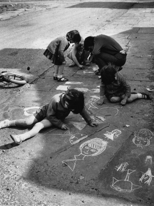 Shirley Baker children draw on pavement France 1960